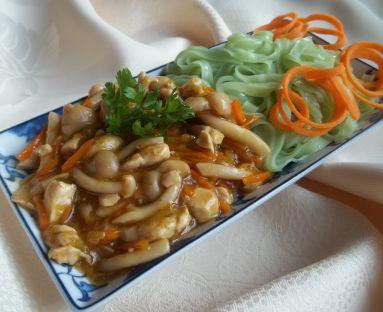 Zielony makaron z sosem z kurczaka i grzybków shimeji