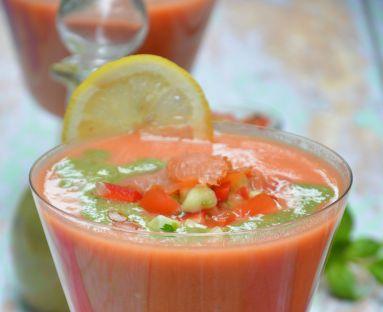 Gazpacho z orzechowym pesto z bazylii i salsą warzywną z wędzonym łososiem
