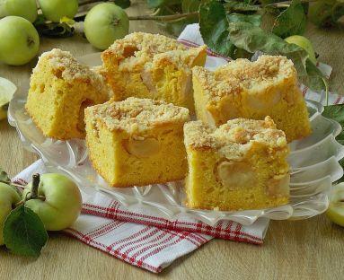 Budyniowe ciasto z jabłkami i kruszonką