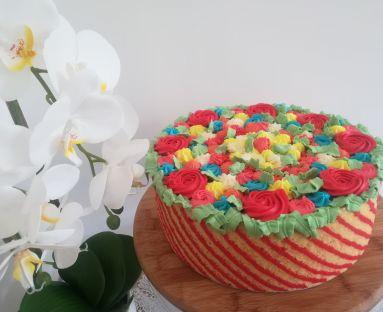 Tort serowy w koszyczku biszkoptowym