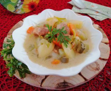 Zupa ogórkowa z mięsem gulaszowym