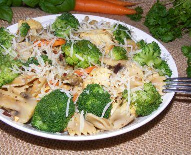 Makaron pełnoziarnisty z kurczakiem, pieczarkami i brokułem
