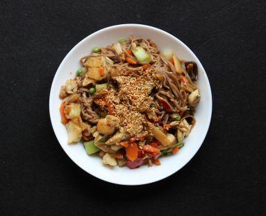 Makaron soba z kurczakiem w stylu azjatyckim