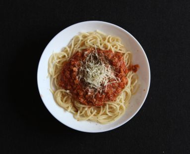 Wegetariańskie spaghetti z sosem pomidorowym