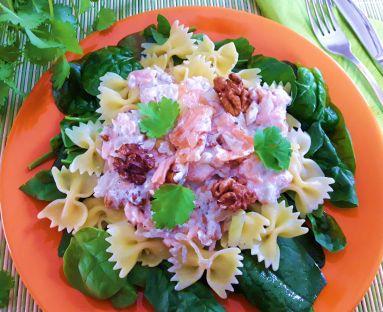 Farfalle w śmietanowym sosie z wędzonym łososiem i świeżym szpinakiem