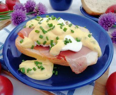 Jajka w koszulce na szynce parmeńskiej z sosem holenderskim