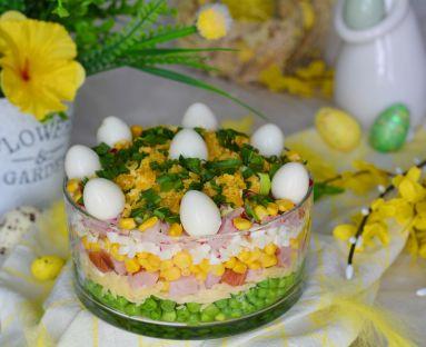 Warstwowa sałatka z rzodkiewką, szynką i jajkami przepiórczymi