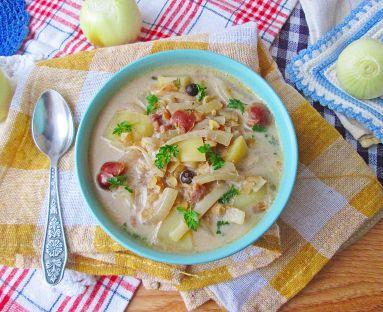 Zupa cebulowa z soczewicą i wiśniami