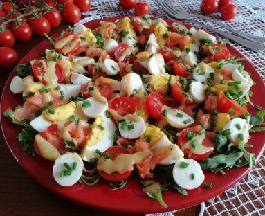 Sałatka na rukoli z wędzonym pstrągiem , jajkiem i serem mozzarella z sosem musztardowym