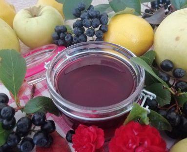 Sok z aronii z dodatkiem liści wiśni i cytryn