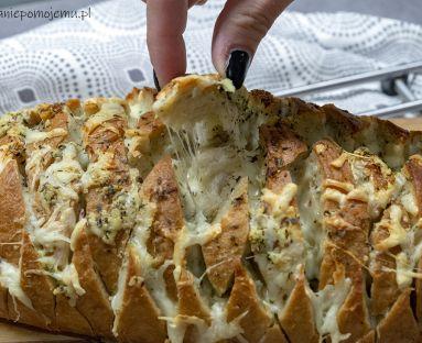 Chlebek odrywany z serem i masłem czosnkowym