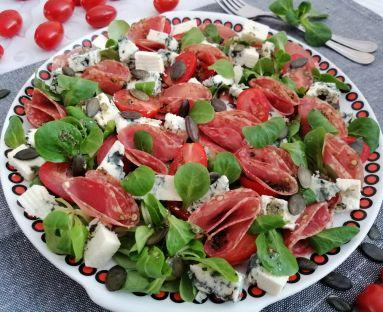 Smaczna sałatka z kindziukiem , serem pleśniowym i pomidorkami