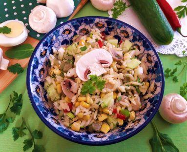 Sałatka makaronowa z gotowanymi pieczarkami, jajkiem i innymi dodatkami