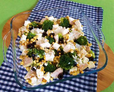 Sałatka z brokułem, kurczakiem, kruszonką z jajek i sosem czosnkowym