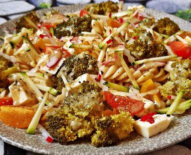 Sałatka makaronowa z brokułem, paseczkami z cukinii i rzodkiewki, pomidorkami i serem podpuszczkowym