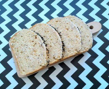 Chleb z płatkami owsianymi, chia, czarnuszką z sodą i proszkiem do pieczenia