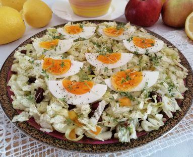 Lekka sałatka z kapusty pekińskiej i fasolki z jajkami