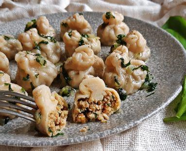Gruzińskie a'la chinkali ze smażonym mielonym mięsem z dodatkiem marchewki i czosnku niedźwiedziego