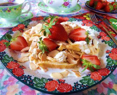 Makaron omletowy z twarożkiem w płatkach migdałowych z truskawkami