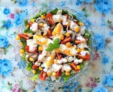 Sałatka z jajkiem, pomidorkami i kukurydzą konserwową z domowym sosem czosnkowym