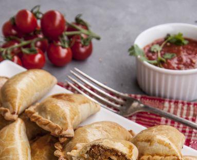 Pieczone pierogi empanadas z warzywami