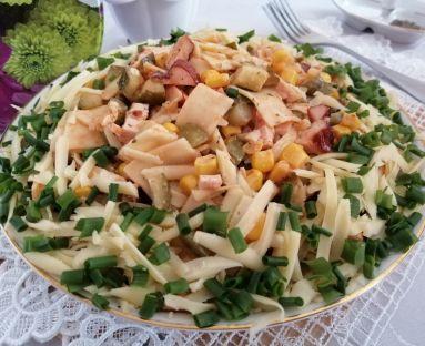 Pikantna sałatka z łazankami i wędzonym filetem kurczaka