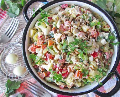 Sałatka ziemniaczana z warzywami, jajkiem i prażonym słonecznikiem