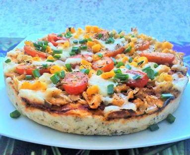 Pizza z wędzoną makrelą i pomidorkami