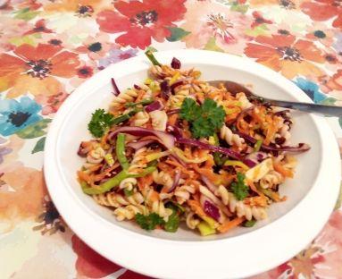 Kolorowa sałatka makaronowa z orzechowym sosem