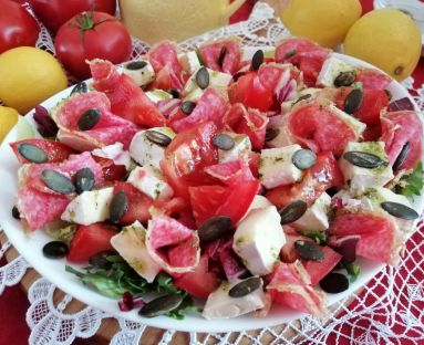 Pożywna sałatka z salami , pomidorem i serem camembert