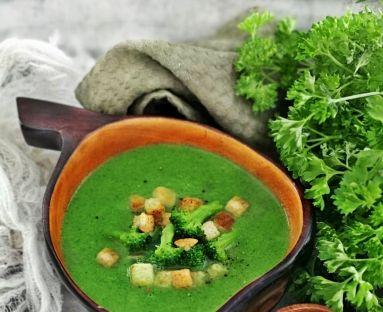 Zupa brokułowa z czosnkowymi grzankami