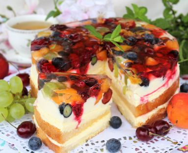 Tort z kremem cytrynowym, masą śmietankową, galaretką i owocami