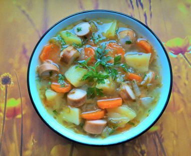 Zupa ogórkowa z parówkami