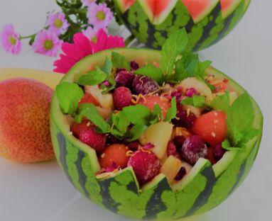 Owocowa sałatka z arbuzem w sosie balsamicznym z pieprzem cytrynowym i miętą