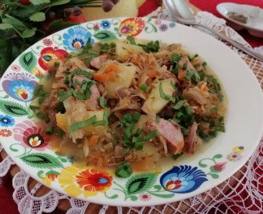 Zupa na wędzonych żeberkach z kiszoną kapustą , lubczykiem i młodymi ziemniakami