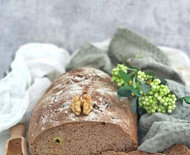 Chleb pełnoziarnisty z oliwkami, orzechami włoskimi i nasionami kopru włoskiego