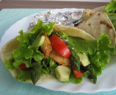 Domowa tortilla z kurczakiem, szparagami i awoakado