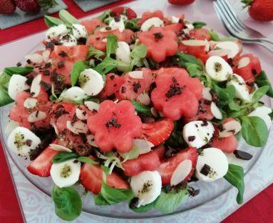 Owocowa sałatka z truskawek i arbuza z pieprzną nutą dresingu i czekoladą