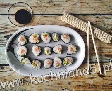 Sushi z wędzonym łososiem i ogórkiem