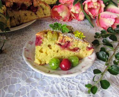 ucierane  waniliowe ciasto z wiśniami i agrestemm