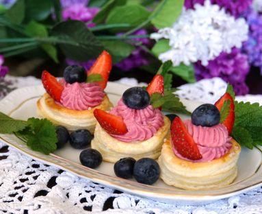 Babeczki z ciasta francuskiego z kremem malinowym