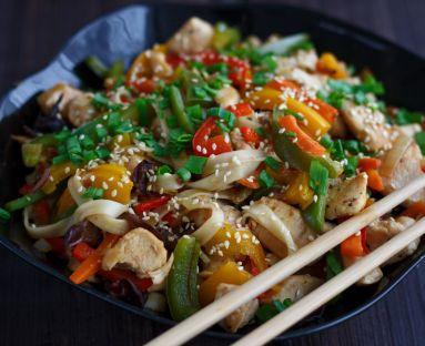 Chińskie danie z makaronem, kurczakiem i warzywami
