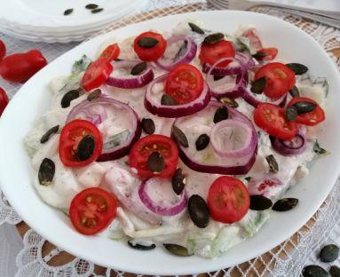 Lekka sałatka z sosem czosnkowym i serem feta