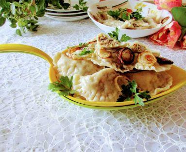 Pierogi z kapustą kiszoną  i płuckami okraszone  cebulką