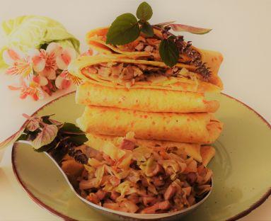 Pikantne wrapy marchewkowe z młodą kapustą przyprawianą cząbrem i zielonym pieprzem