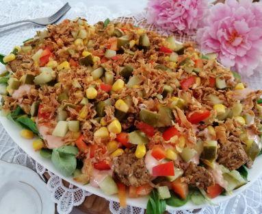Sałatka z drobiowym gyrosem i smacznym sosem