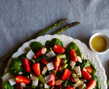 Sałatka ze szparagów, szpinaku i truskawek