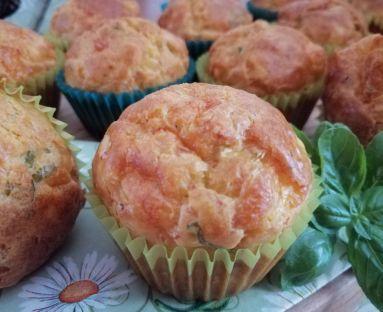 Serowe muffiny z bazylią