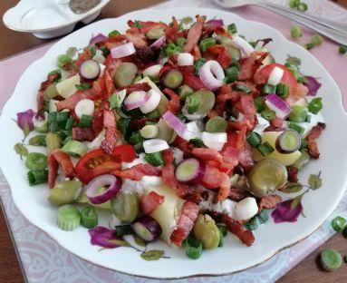 Ziemniaczana sałatka z bobem , sosem czosnkowym i boczkiem