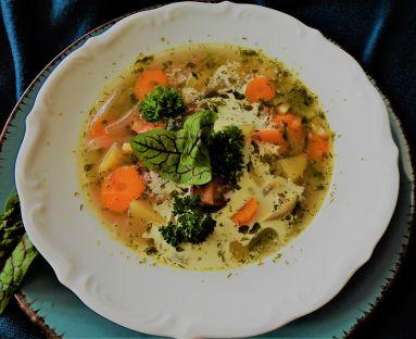 Zupa ogórkowa na kiełbasie jałowcowej z lubczykiem